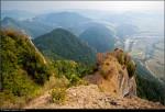 Pieniny - pohled z vrcholu Tři koruny (Trzy korony 982 m) do údolí Dunajce a na obec Sromowce Niżne