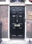 dveře domu u kteých se stal incident
