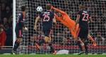 Petr Čech vyráží střelu Artura Vidala z Bayernu (23)foto Tony O´brien Reuters