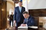 Andrzej Duda se podepisuje levou rukou foto facebook AD